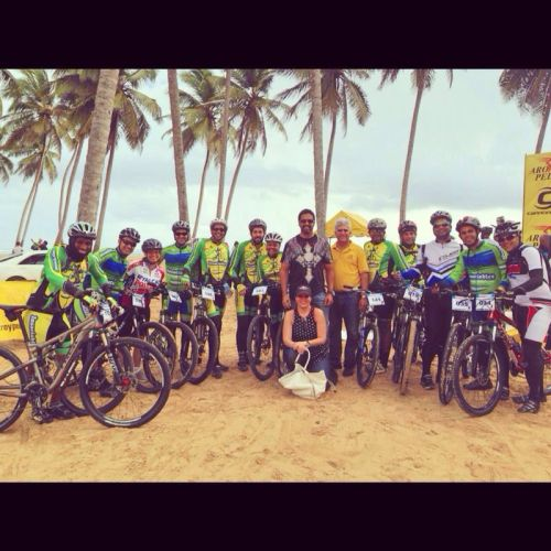 Insaciables junto a representantes de Aro y Pedal