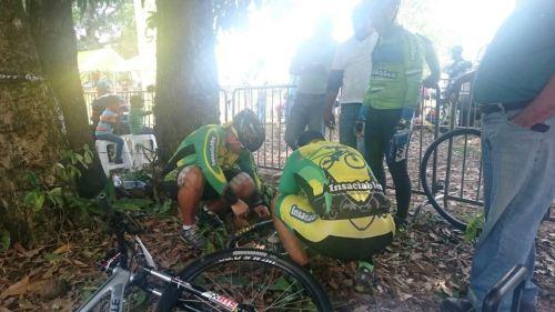 El equipo de Mecánica Insaciables, Julio López y José Lantigua mientras hacian el cambio de goma para la Bicicleta de Alicia Liriano, quien quedó en Podium a pesar de esta falla técnica durante la primera vuelta de la carrera.